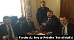 Фотографія зі сторінки Сергія Рибалка у Facebook, на якій депутати Радикальної партії їдять «родинні» снеки Рибалки