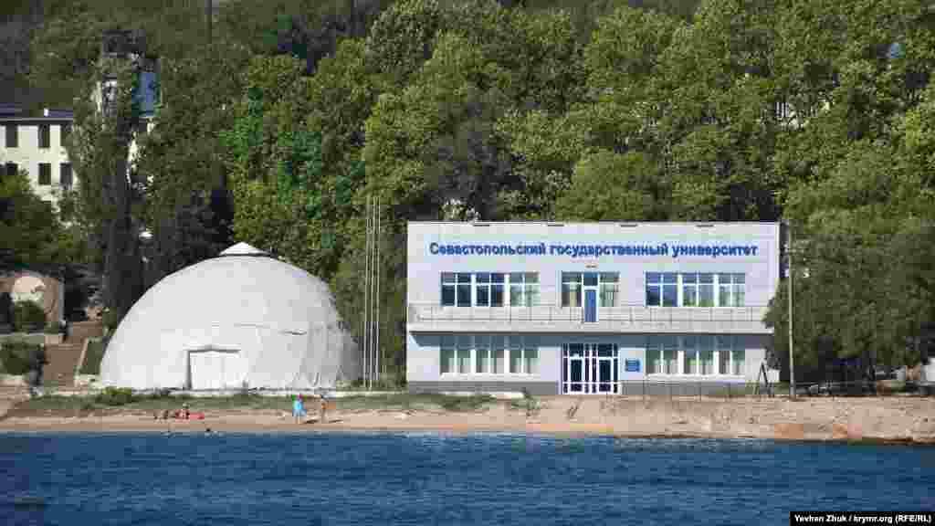Центр морских исследований и технологий Севастопольского национального университета ядерной энергии и промышленности (после аннексии Крыма– «Севастопольского государственного университета») на берегу бухты Голландия