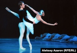 """Сцена из балета """"Лебединое озеро"""" с участием Алины Сомовой и Леонида Сарафанова. Алматы, май 2012 года."""