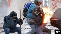 У Києві триває протистояння між мітингувальниками і правоохоронцями на вулиці Грушевського