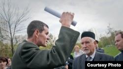 Татар мохтарияте рәисе Гаяз Ямбаев мәчет төзүгә каршы чыгучылар белән сөйләшә