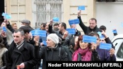 """Страсти вокруг Верховного суда накалились 4 апреля, когда участники движения """"Сопротивление"""" в ходе акции под названием «Я - тоже заключенный», перекрыли дорогу в центре Тбилиси, закидали яйцами здание Верховного суда, а на двери повесили погребальный вен"""