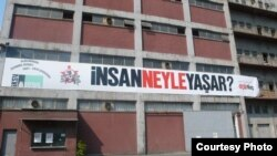 11-ci İstanbul Biennalesinin giriş qapısı