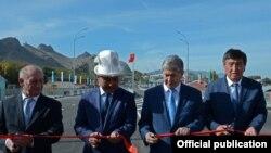 Көпүрөнү ачуу учурунда. Оштун губернатору Сооронбай Жээнбеков, президент Алмазбек Атамбаев жана мэр Айтмамат Кадырбаев.