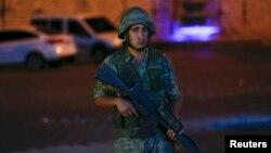 Турецкий солдат в центре Стамбула. 15 июля 2016 года.