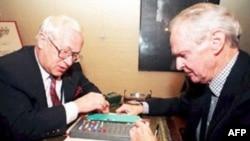 Гордиевский (слева) за игрой. 1997 год