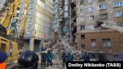 Спасатели разбирают завалы после взрыва, Магнитогорск, 2 января 2019 год