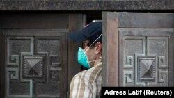 Сотрудник службы безопасности США входит в здание консульства Китая после того, как китайские дипломаты покинули его. Хьюстон, 24 июля 2020 года.
