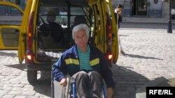 Ярослав Мудрий біля нової машини львівського таксі для інвалідів