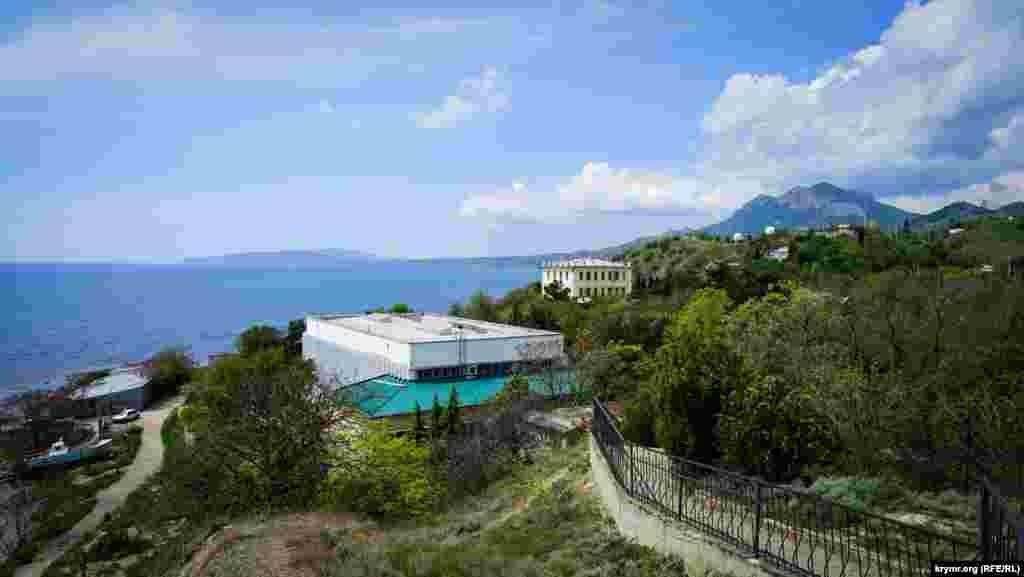 Вид на Карадагскую научную станцию природного заповедника в поселке Курортноев начале тропы «Большой Кара-Даг»