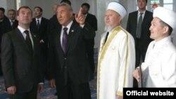 """Бауыржан Есмахан (справа крайний), бывший главный имам Актобе, на открытии мечети """"Нургасыр"""" в Актобе вместе с Нурсултаном Назарбаевым и другими высокими гостями."""