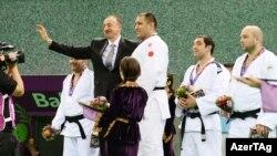 İlham Əliyev qalib idmançılara medalları təqdim edir - 26 iyun 2015