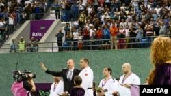 Президент Азербайджана Ильхам Алиев вручает медали победителям