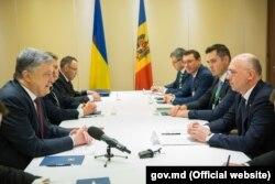 Petro Poroșenko și Pavel Filip, la promulgarea legii privind controlul mixt, Kiev, 12 aprilie 2018