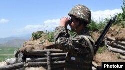 Армянскі вайсковец на пазыцыі.