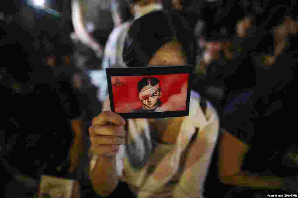 A woman holds the placard during a rally at Edinburgh Place, Hong Kong. (epa-EFE/Fazry Ismail)