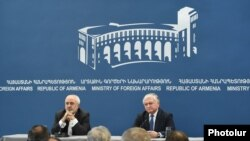 Armenia -- Foreign Affairs Ministers Edward Nalbandyan (R) of Armenia and Mohammad Javad Zarif of Iran at a press conference in Yerevan, 27Jan2015