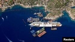 Джильо аралы жағалауында қайраңға батқан Costa Concordia саяхат кемесі. Италия, тамыз 2013 жыл..