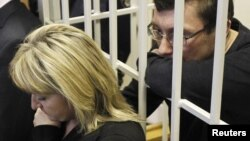 Ирина и Юрий Луценко в суде, 27 февраля 2012