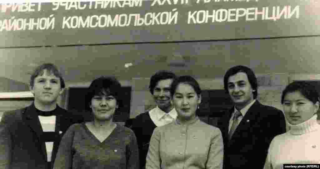 Айгуль Рыскулова четвертая слева. Студенческие годы.