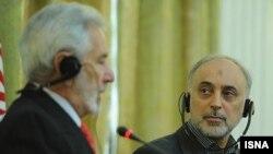 علی اکبر صالحی، وزیر خارجه ایران همراه با همتای نیکاراگوئهای خود در نشست خبری تهران- ۳۰ بهمنماه