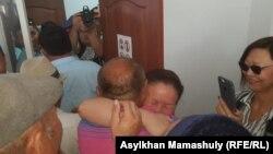 Сайрагуль Сауытбай, гражданка Китая, после освобождения в зале суда, где ей предъявляли обвинение в незаконном пересечении границы. Алматинская область, 1 августа 2018 года.