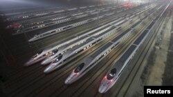 Высокоскоростные поезда на базе технического обслуживания в китайской провинции Хубэй. 25 декабря 2012 года.