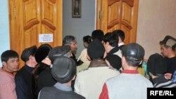 Sicim SpA компаниясына жұмысқа кіру үшін өтініш әкелген жұмыссыз адамдар. Атырау, 3 ақпан 2009 жыл. (Көрнекі сурет)