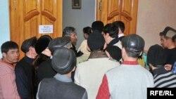 Безработные пытаются устроиться на работу во время ярмарки вакансий. Атырау, 3 февраля 2009 года. Иллюстративное фото.