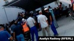 В условиях экономического кризиса в Туркменистане сотни людей выстраиваются перед банкоматами, чтобы обналичить деньги