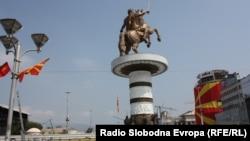 Споменикот на Александар Македонски односно Воин на коњ, се уште ограден со тараби.