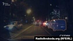 Автівки, якими користується бізнесмен Павло Фукс, під'їжджають до ресторану, де вже стоять автівки, якими користується Грановський