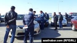 Türkmenistanda polisiýa işgärleri we awtoulag sürüjileri. Arhiwden alnan surat
