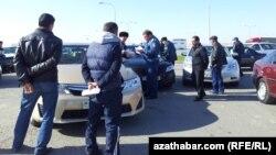 Türkmenistanda polisiýa tarapyndan saklanylan sürüjiler.