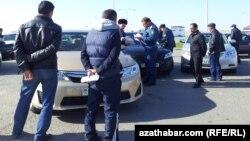 Türkmənistan polisi bölgələrdən paytaxta gələnləri yoxlayır, 14 yanvar 2015