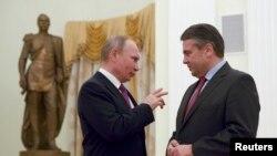 Presidenti rus Vladimir Putin duke biseduar me ministrin e Jashtëm gjerman, Sigmar Gabriel