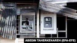Разбитые банкоматы в Иране