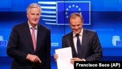 Pregovarač za Brexit Mišel Barnije predaje Donaldu Tusku draft sporazuma