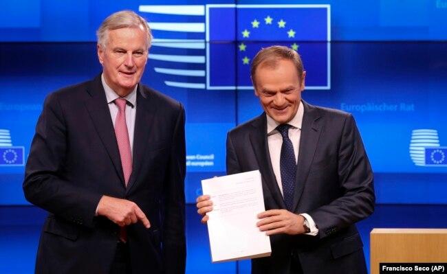Kryenegociatori Michel Barnier, i dorëzon draft-marrëveshjen për Brexit, presidentit të Këshillit Evropian, Donald Tusk. Bruksel, 15 nëntor, 2018.