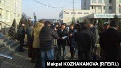 Журналисты у здания суда, где слушается дело в отношении Татьяны Шевцовой-Валовой. Алматы, 12 января 2015 года.