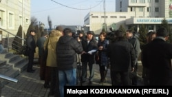 """Люди у здания суда, где начинаются слушания делу """"о разжигании межнациональной розни"""". Алматы, 12 января 2015 года."""