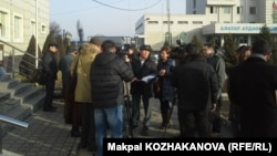 Журналисты перед зданием Алатауского районного суда, где слушалось дело Шевцовой-Валовой. Алматы, 12 января 2015 года.