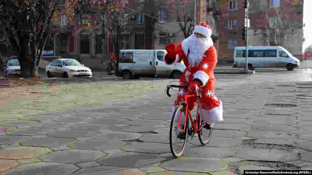 Коли зима настільки тепла, Санта Клаус може змінити упряжку оленів на велосипед