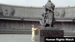 """Супруга Президента США Нэнси Рейган возлагает цветы к памятнику """"Героическим защитникам Ленинграда"""", 1988 год"""