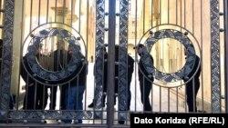 Gürcüstan parlamnentinin həyərinə giriş qapısı, Tbilisi