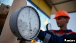 Работник на газокомпрессорной станции в Ужгороде.