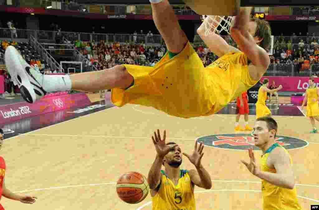 Avstraliya Çin bastekbol yığmalarının oyunu zamanı avstraliyalı basketbolçu Joe Ingles basketbol səbətindən dartınır.