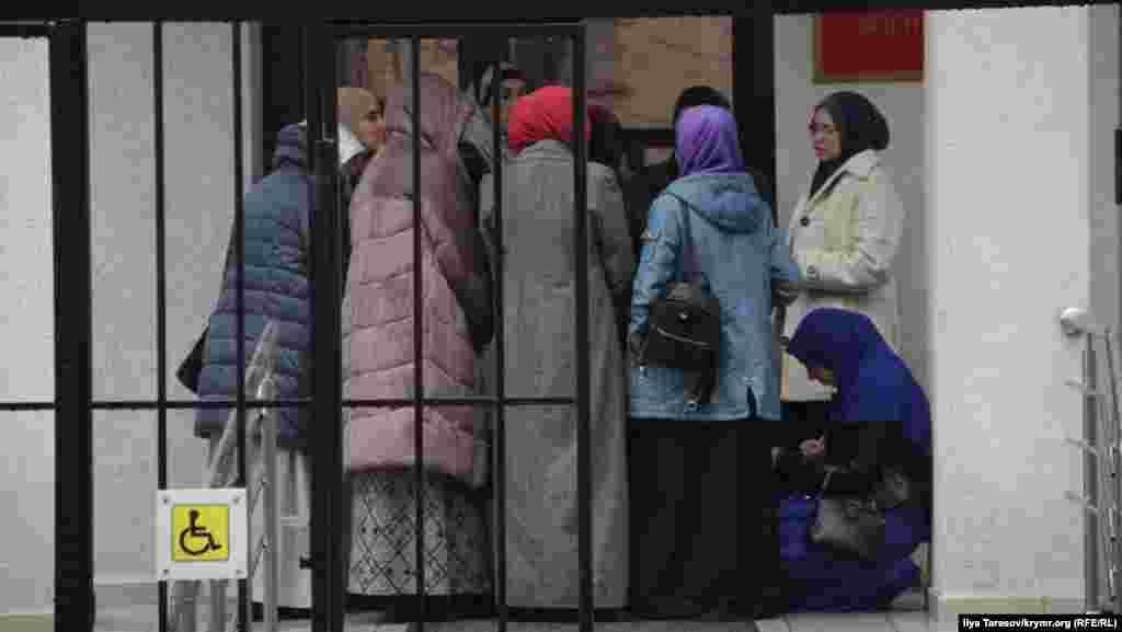 Те, кому не удалось попасть на заседание, пишут жалобы в подконтрольный России Крымский гарнизонный военный суд