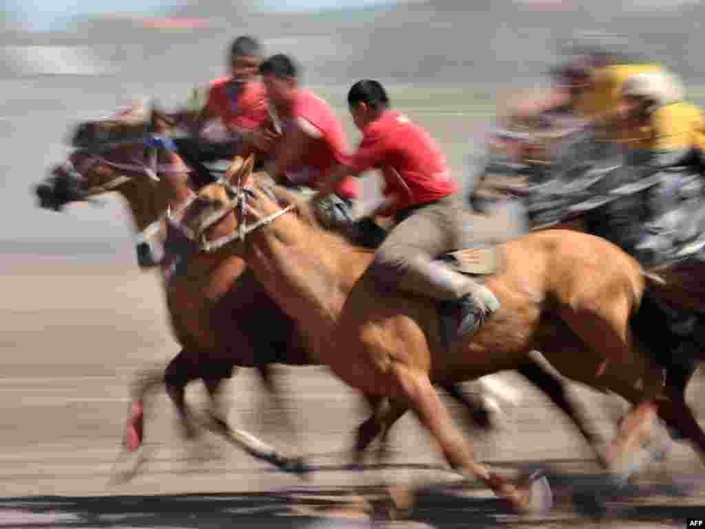 14-июлда Тажикстандын Мургаб районунда ат чабыш фестивалы башталды.