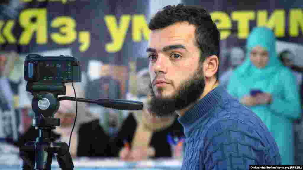 """""""Qırım birdemligi""""niñ cemaat jurnalistlerinden birisi - Seydamet Mustafayev Lilâ Gemecini diñlep, çıqışını videoğa çeke"""